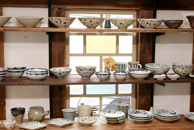 ギャラリーに並ぶ石井桃子さんの器